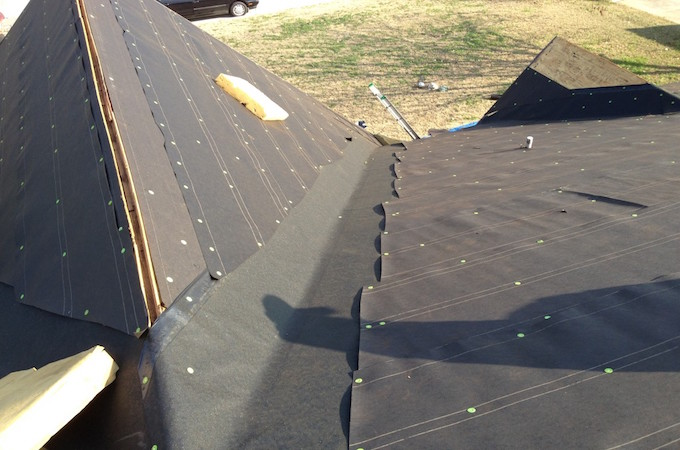 installing-roofing-felt-over-ice-and-water-shield-in-a-valley-1024x768